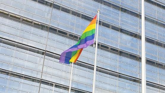 Regenbogenflagge am EPA-Standort Den Haag